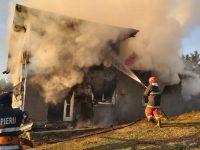 O locuinţă din Cozăneşti a ars din cauza jarului căzut din sobă