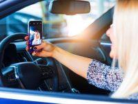 Psihologii spun că telefonul la volan a devenit o dependenţă