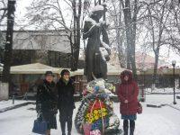 De 20 de ani, statuia veşnic tânărului Eminescu adună suflarea românească la Cernăuţi