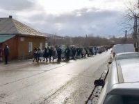Sute de locuitori ai satului Liteni, comuna Moara – la înmormântarea lui George Paraşteac