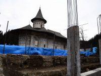 Lucrări de construcţie la zidul de incintă al Mănăstirii Voroneţ