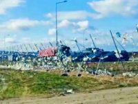 Deşeuri luate de vânt de pe depozitul ecologic Moara au ajuns pe terenurile localnicilor din apropiere