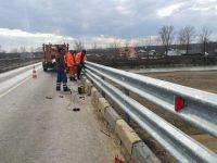 Parapet de protecţie montat pe podul rutier din Milişăuţi, în zona unde trotuarul s-a prăbuşit