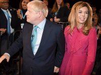 Premierul britanic Boris Johnson şi iubita sa au anunţat că aşteaptă un copil şi că se vor căsători