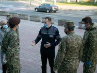 Militarii din Bucureşti au distribuit pachete cu ajutoare pentru locuitori vulnerabili din municipiul Suceava