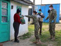 Militarii din Bucureşti au distribuit produse alimentare şi de igienă persoanelor vulnerabile din Adâncata, Ipoteşti şi Moara