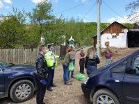 Comunitate săracă sprijinită cu alimente de poliţişti, alături de societatea civilă