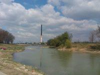 Deşeuri aruncate pe malurile râurilor Suceava şi Moldova