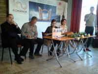 """Marius Manta, primul din stânga, la o sărbătoare a """"Ateneului"""" alături de ateneiştii Dan Perşa, Carmen Mihalache, directorul revistei, Violeta Savu şi Adrian Jicu (în picioare)"""