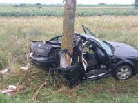 O femeie a murit după ce maşina în care se afla a intrat într-un copac