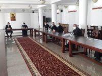 Prefectul a discutat cu PS Damaschin şi protopopii din arhiepiscopie despre noile măsuri de protecţie în biserici