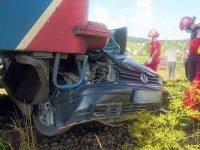 O persoană a murit după ce maşina în care se afla a fost lovită de tren