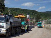 Se lucrează la modernizarea drumurilor judeţene din zona Mălini – Slatina