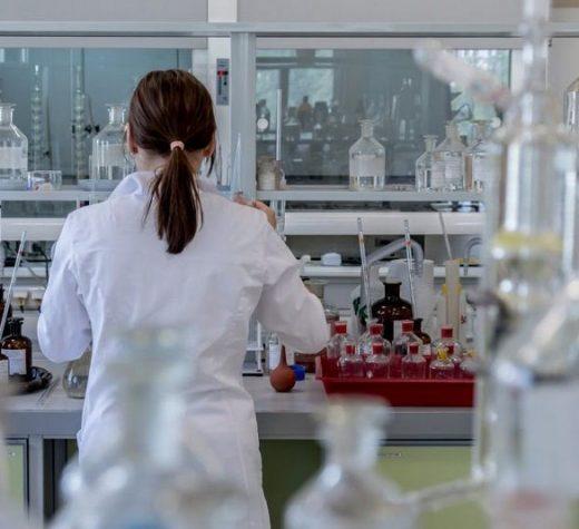 Numărul de noi infectări cu SARS-CoV-2 rămâne foarte ridicat