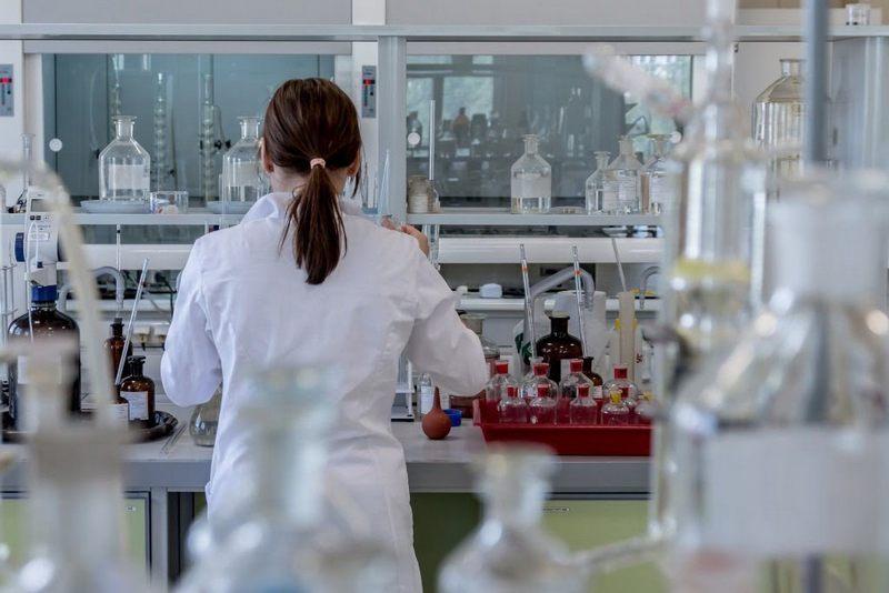 Un cadru didactic şi trei elevi au fost confirmaţi pozitiv cu SARS-CoV-2