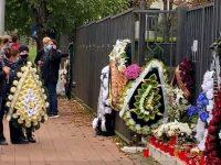 """Sute de candele, flori şi multă tristeţe la C. N. """"Mihai Eminescu"""" din Suceava după decesul directorului Renato Tronciu"""