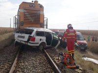 Doi bărbaţi au murit după ce maşina în care se aflau a fost lovită de tren