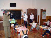 Vizită emoţionantă a elevilor militari la Şcoala Gimnazială Vatra Moldoviţei