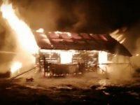 O casă a fost distrusă în totalitate de un incendiu izbucnit de la tabloul electric