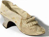 Un pantof care i-a aparţinut reginei Maria Antoaneta, vândut la licitaţie cu peste 40.000 de euro