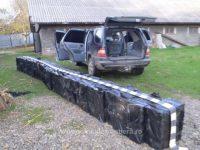 Ţigări de contrabandă de peste 150.000 de lei depistate într-o maşină din curtea unui imobil