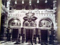 """Fosta Sala Sinodala, cu frescele din porticuri, unde în 1918 a fost proclamata unirea Bucovinei cu Tara (dupa """"Cernauti/Chernovitsy 1408-2008"""" de Alexandrina Cernov, Ilie Luceac, fotografii: Mihai Cratofil)"""