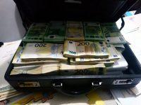 1,2 milioane de euro, 790.000 de lei, 12.000 de dolari, 1.500 lire sterline, 37 de ceasuri de lux, 21 de brăţări, 18 lanţuri şi pandantive din aur şi opt autoturisme de lux