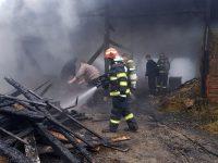 Focul dintr-o afumătoare, cauza unui incendiu izbucnit într-o gospodărie