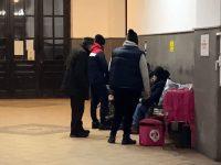 Activistul civic sucevean Andrei Bacoş oferă o masă şi ceai cald, dar şi încălţăminte şi îmbrăcăminte unor oameni ai străzii