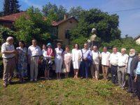 Dana si Mihai Prepelitã într-un grup de intelectuali, oameni ai condeiului cernãuteni, la casa lui Aron Pumnul