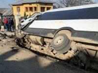 Un microbuz şcolar a intrat în coliziune cu două autoturisme
