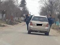 Copii agăţaţi de o maşină…