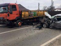 Accident între un camion cu butelii şi un autoturism