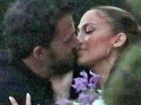 Jennifer Lopez şi Ben Affleck, fotografiaţi în timp ce se sărutau în Los Angeles