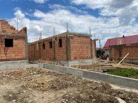 Arhiepiscopia Sucevei şi Rădăuţilor anunţă că s-a început, din donaţii, reconstrucţia celor trei case din Voievodeasa mistuite de incendiu