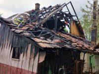 Un bărbat găsit mort într-o casă cuprinsă de flăcări avea răni incompatibile cu viaţa şi o funie în jurul gâtului