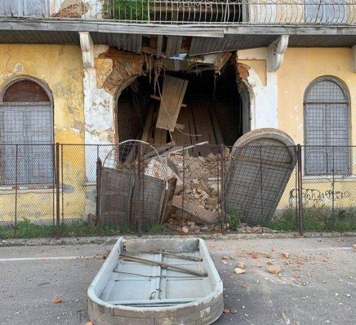 Un perete al Sinagogii Mari din Fălticeni prăbuşit în dimineaţa zilei de ieri