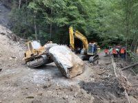 După ce s-au înregistrat noi căderi de pietre de pe versant, drumul DN 17 B rămâne închis