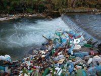 """Cursurile de apă """"au devenit principalul colector"""" al recipientelor din plastic"""