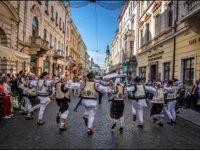 """Festivalul internaţional de folclor  """"Întâlniri bucovinene"""": Hora Mare a Bucovinei, la Cernăuţi"""